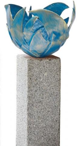 Blaue Feuerschale (Version mit Granitstele), Skulptur