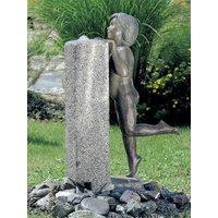 Künstlerbrunnen 'Knabe an der Wassersäule', Bronze und Granit, Brunnen, Skulptur