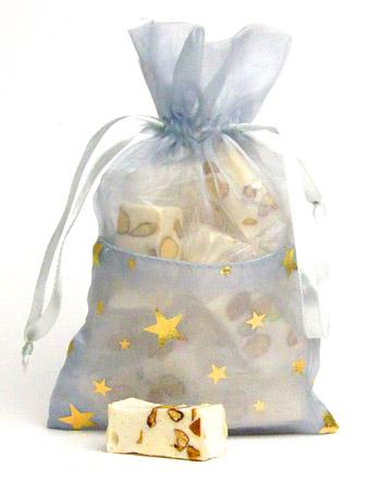 Organza Säckchen gefüllt mit Mandel-Nougatstücke