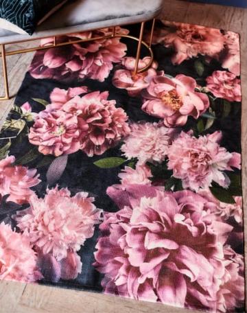 teppich mit großen Rosen bedruckt