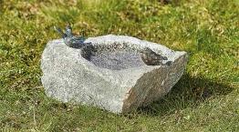 Vogeltränke ´Jorinde´, Bronze auf Stein